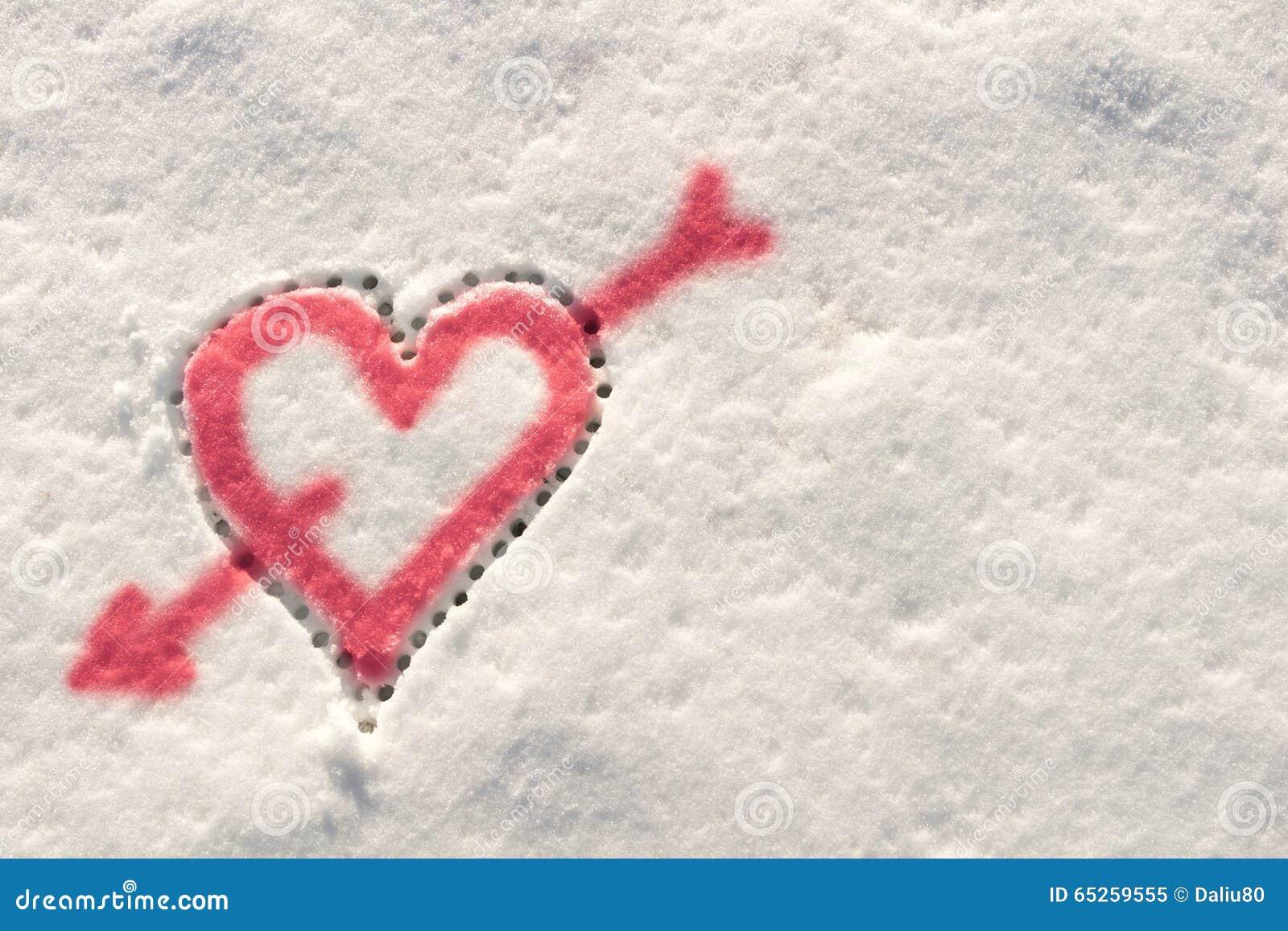 gro es herz durchbohrt durch einen pfeil der liebe gezeichnet in den schnee im winter stockbild. Black Bedroom Furniture Sets. Home Design Ideas