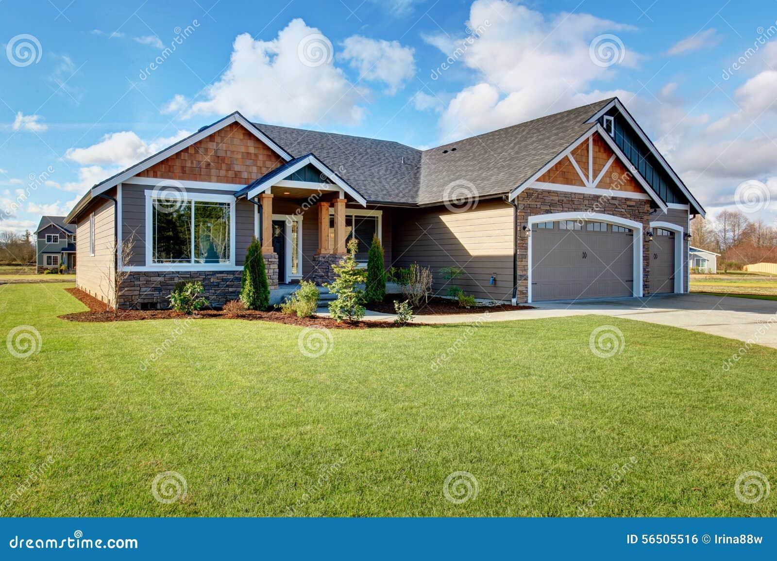 Gro es modernes haus mit stein und gehweg stockfoto bild for Modernes haus mit rotem dach