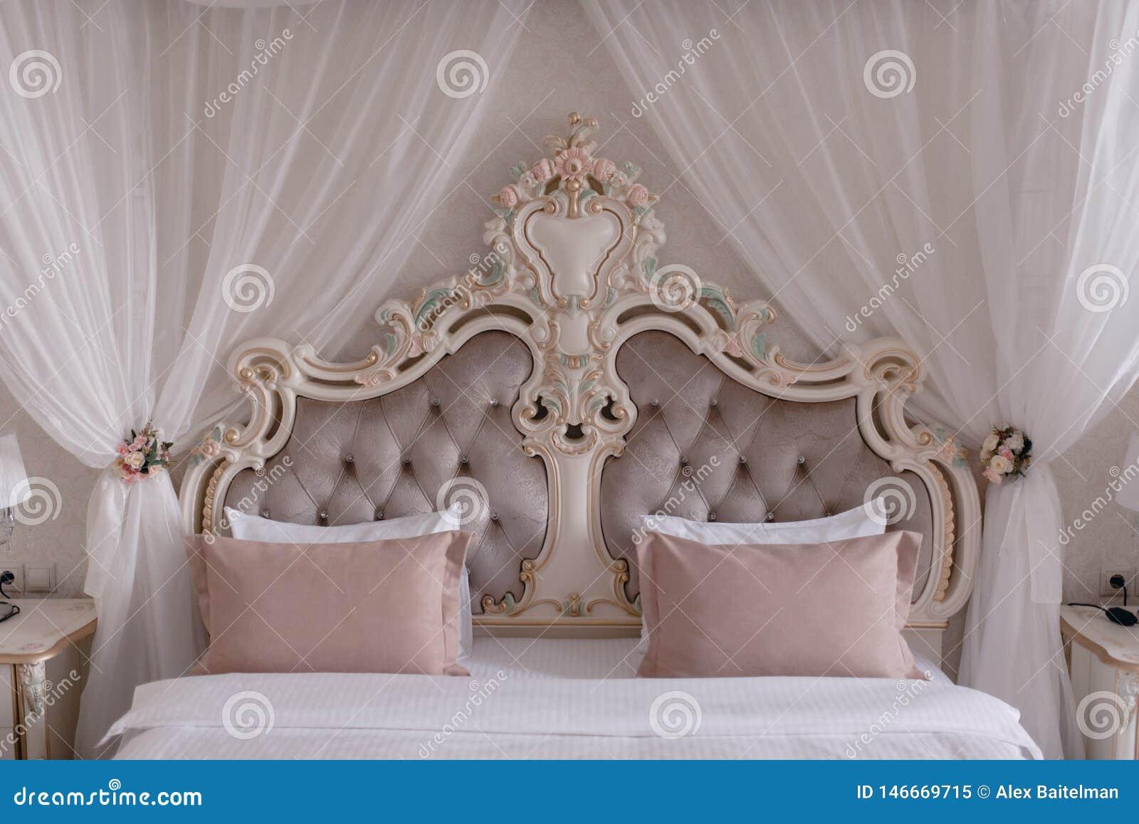 Großes schönes Bett mit Kissen in der Schlafzimmernahaufnahme