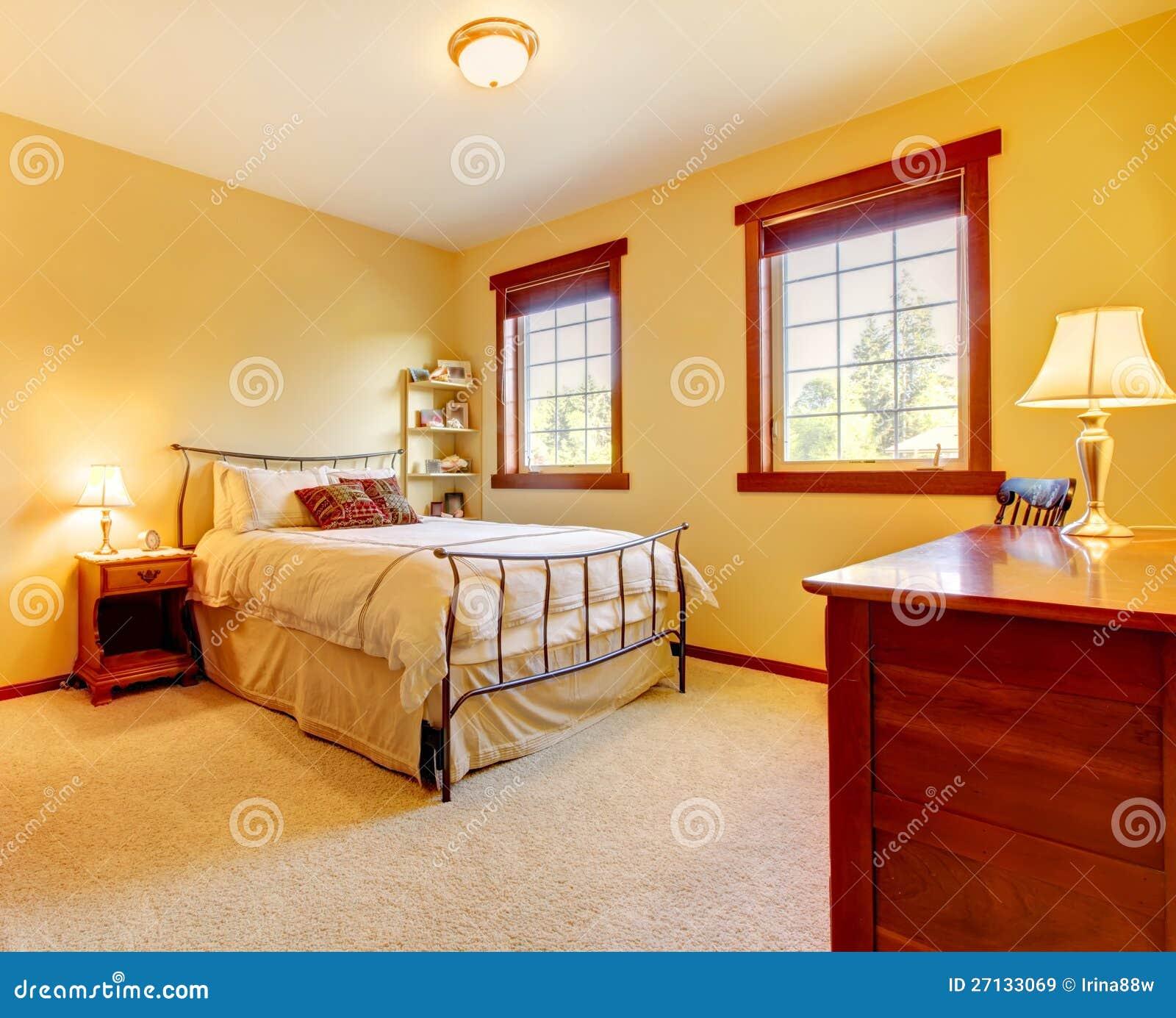 Großes Schlafzimmer Mit Metallbett Und Zwei Fenstern. Stockbild ...