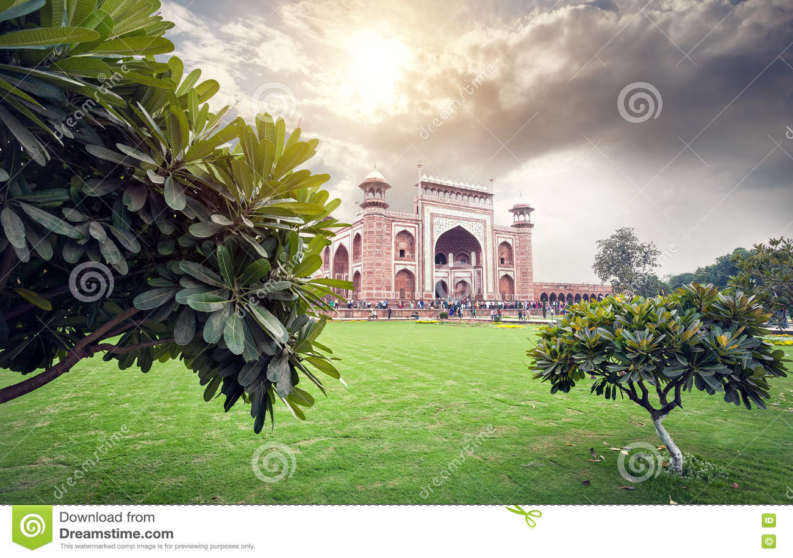 Großes Tor von Taj Mahal am schönen Himmel in Indien