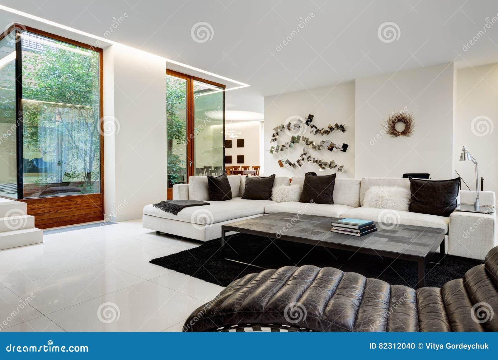 Super Großes Und Bequemes Wohnzimmer Mit Einem Weißen Sofa Stockfoto AB32