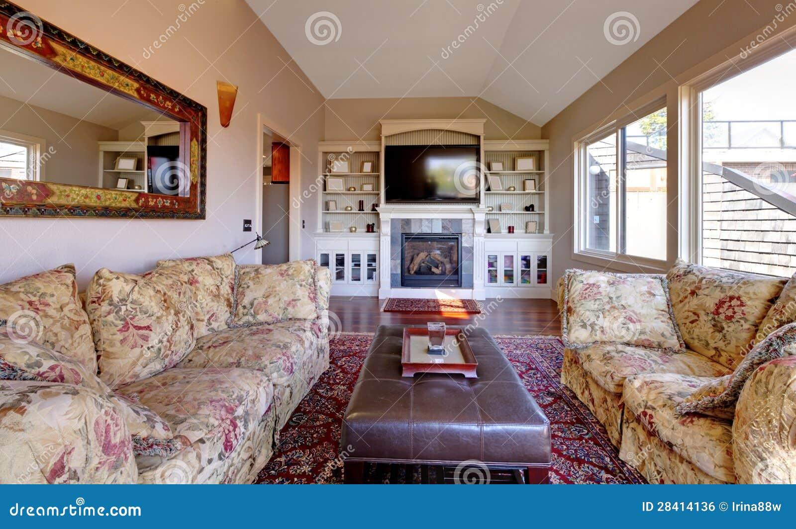 Download Großes Wohnzimmer Mit Sofa, Fernsehapparat Und Braunen Wänden.  Stockfoto   Bild Von Dekoration