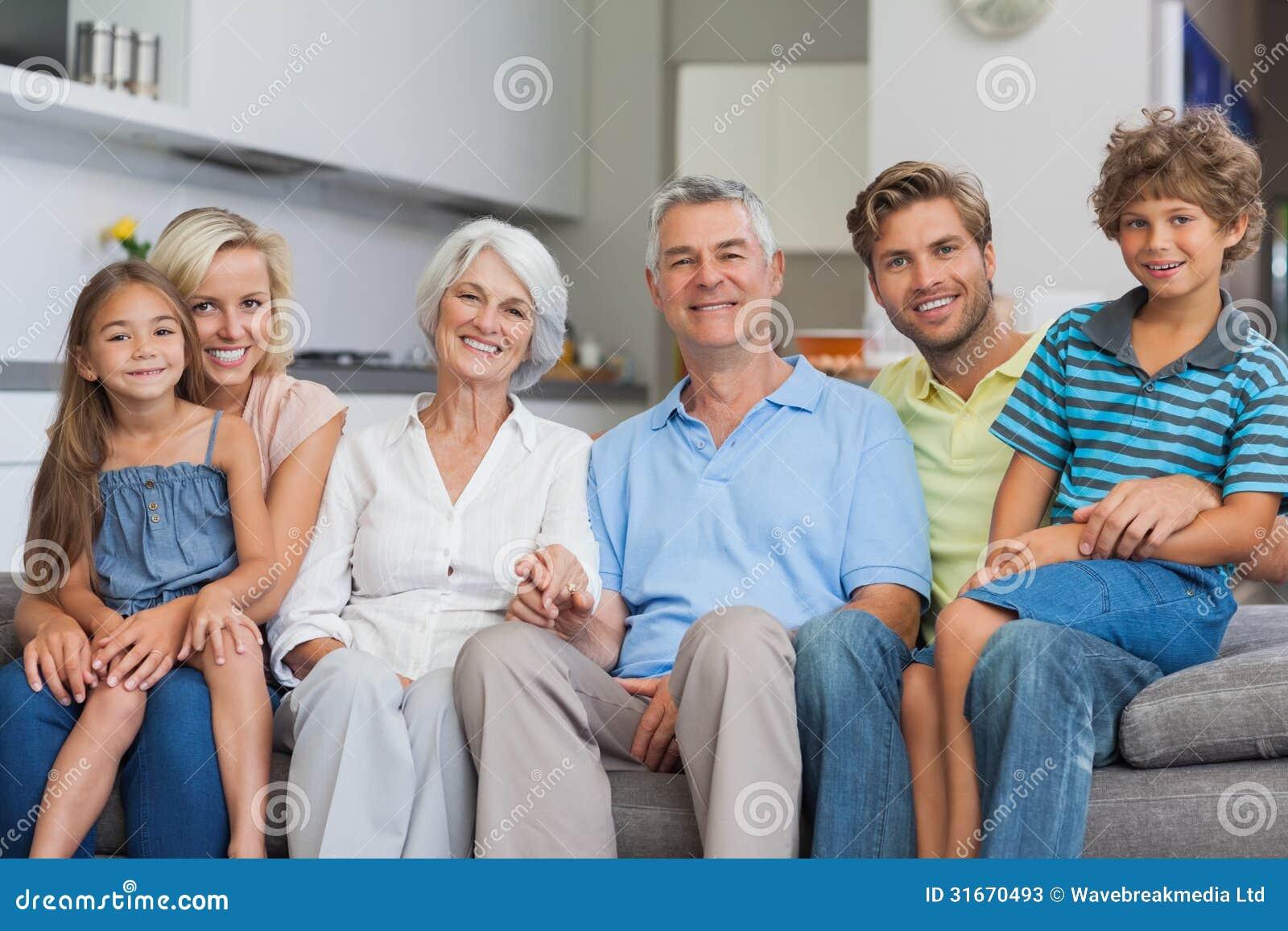 Großfamilie, Die Auf Couch Im Wohnzimmer Sitzt Stockbild - Bild von ...