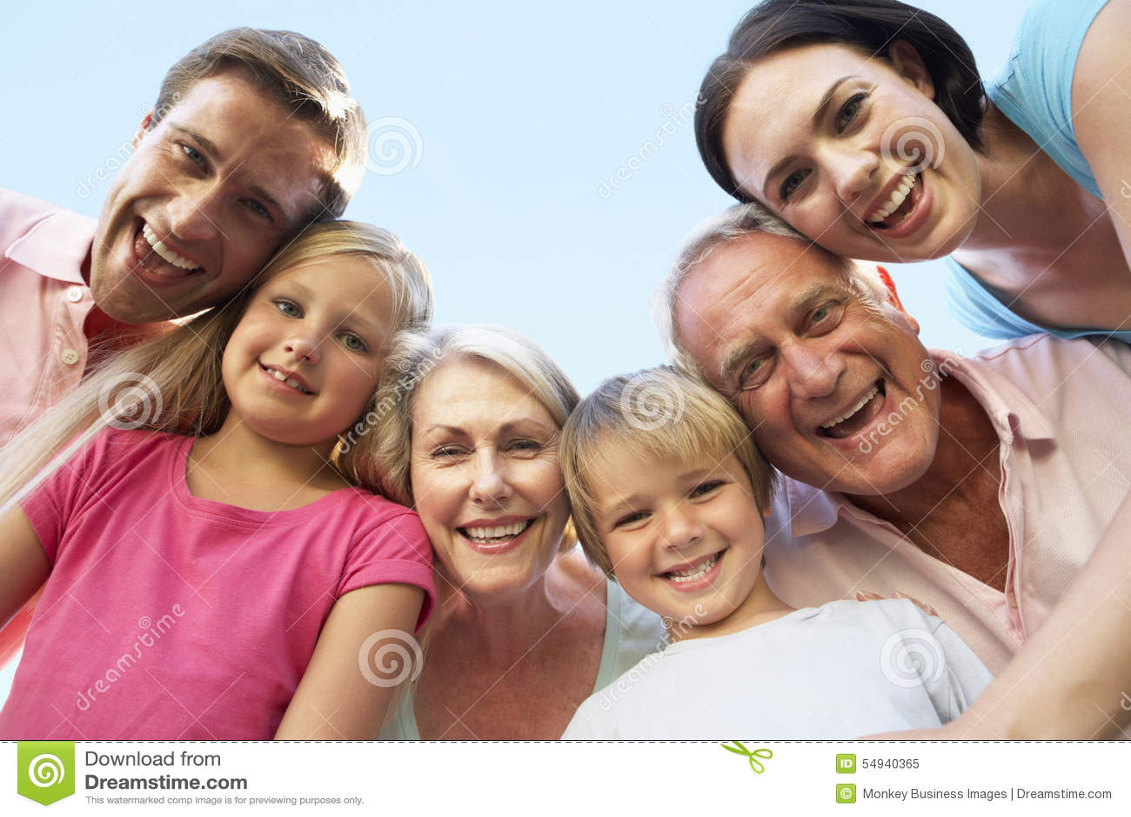 Großfamilie-Gruppe, die unten Kamera untersucht