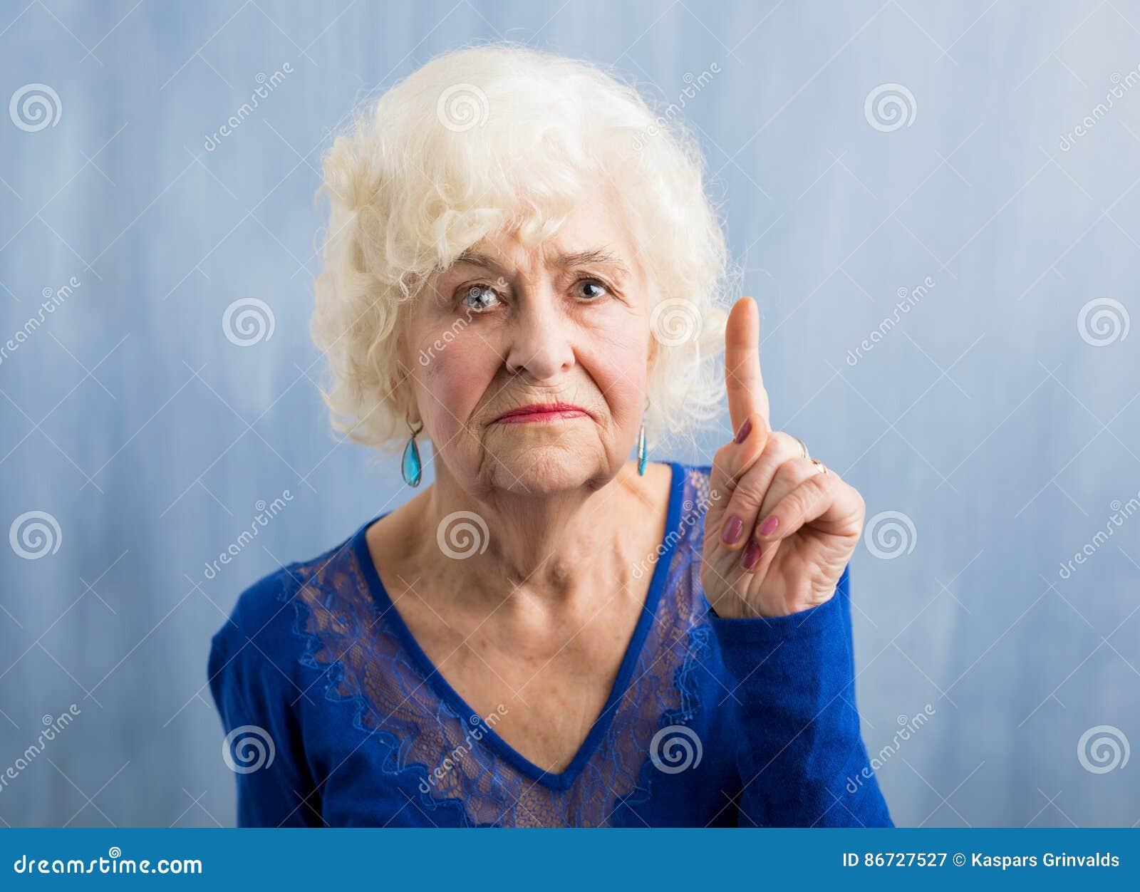 Großmutter, Die Ihren Finger Hochhält Stockbild - Bild von weiß ...