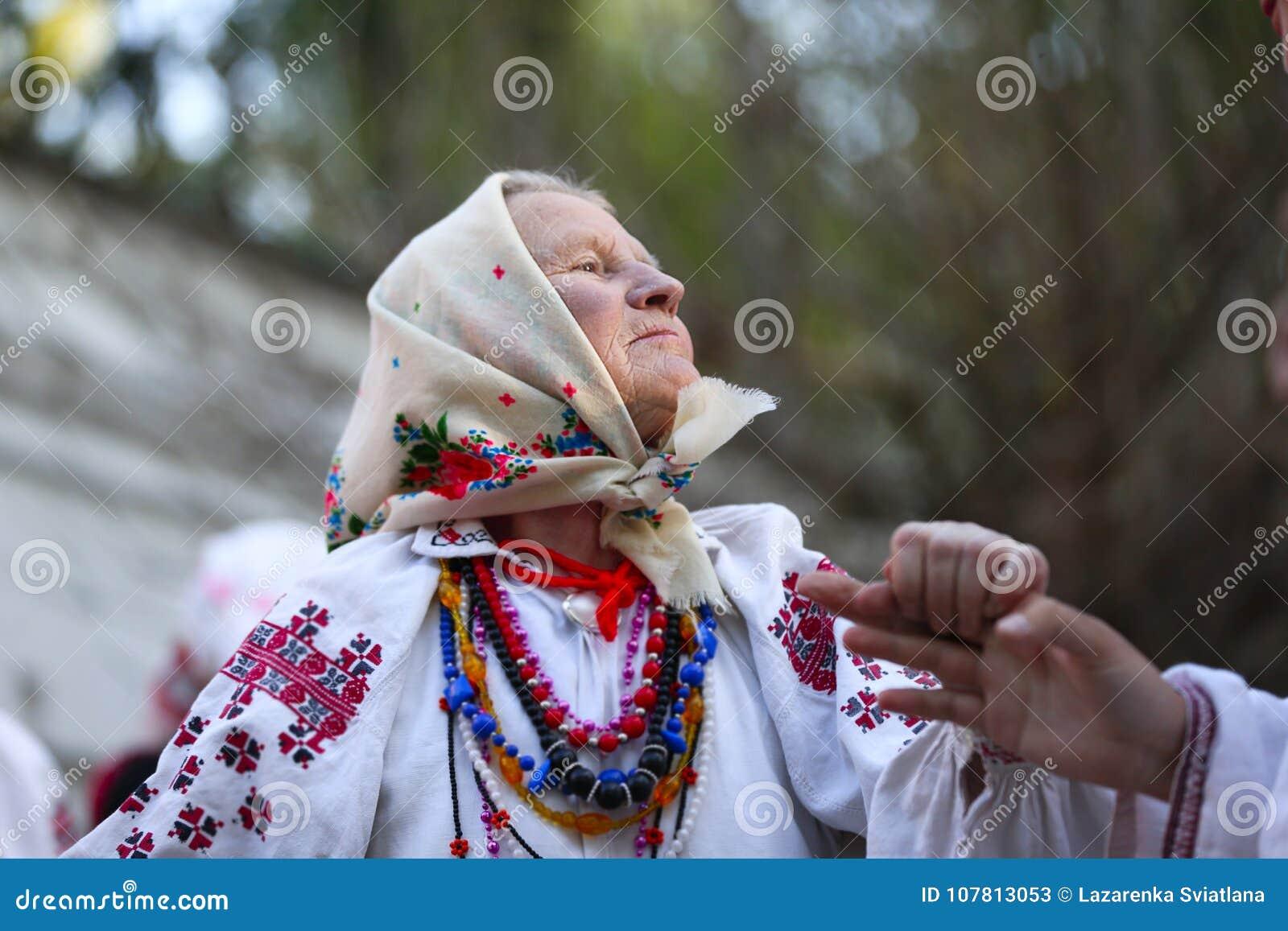 Großmutter, die nationale Kleidung trägt