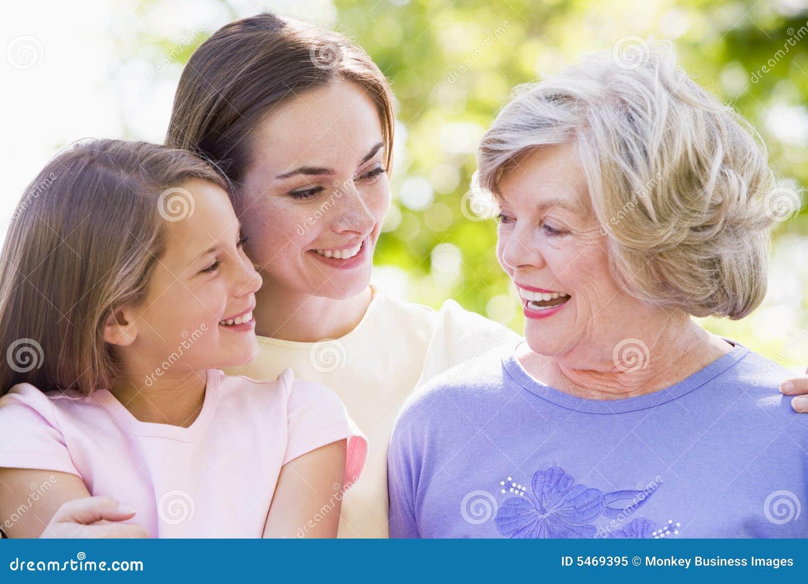 Großmutter mit erwachsener Tochter und Enkelkind
