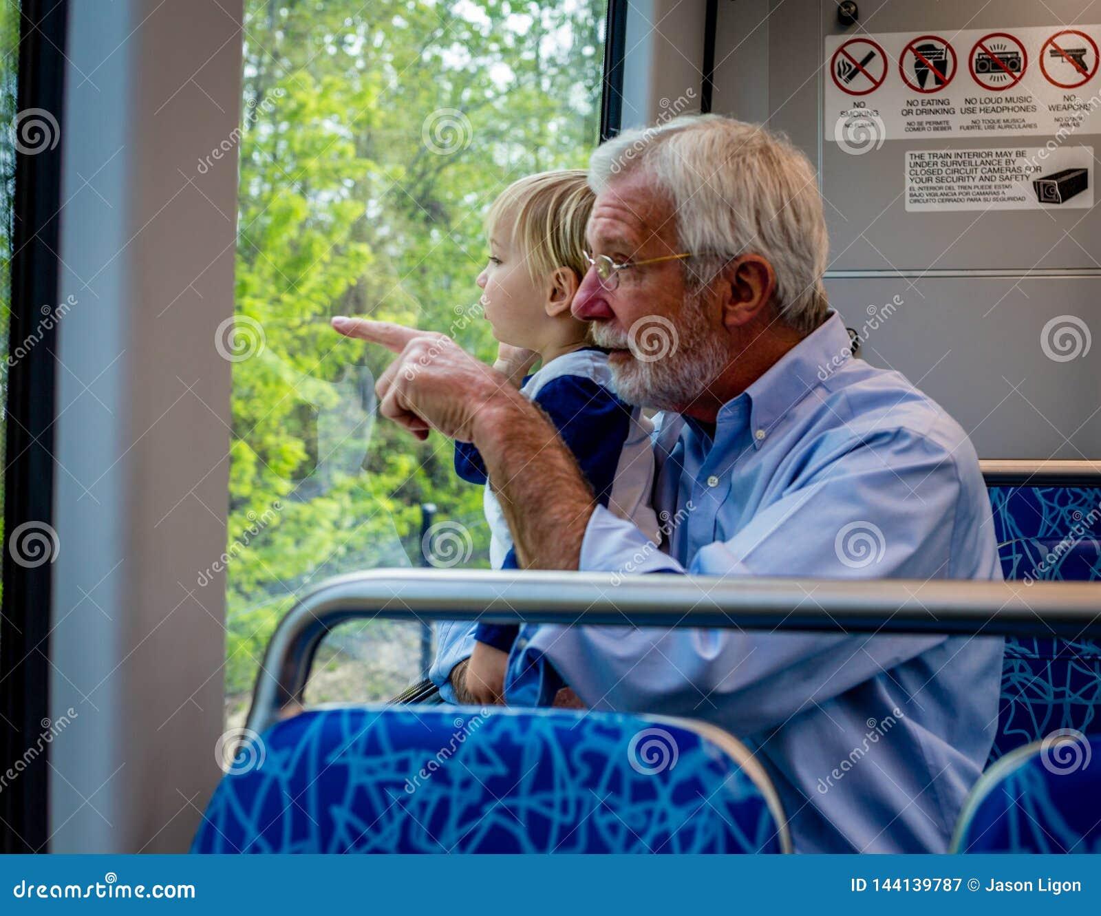 Großvater und Enkel verbringen Zeit zusammen auf Zug