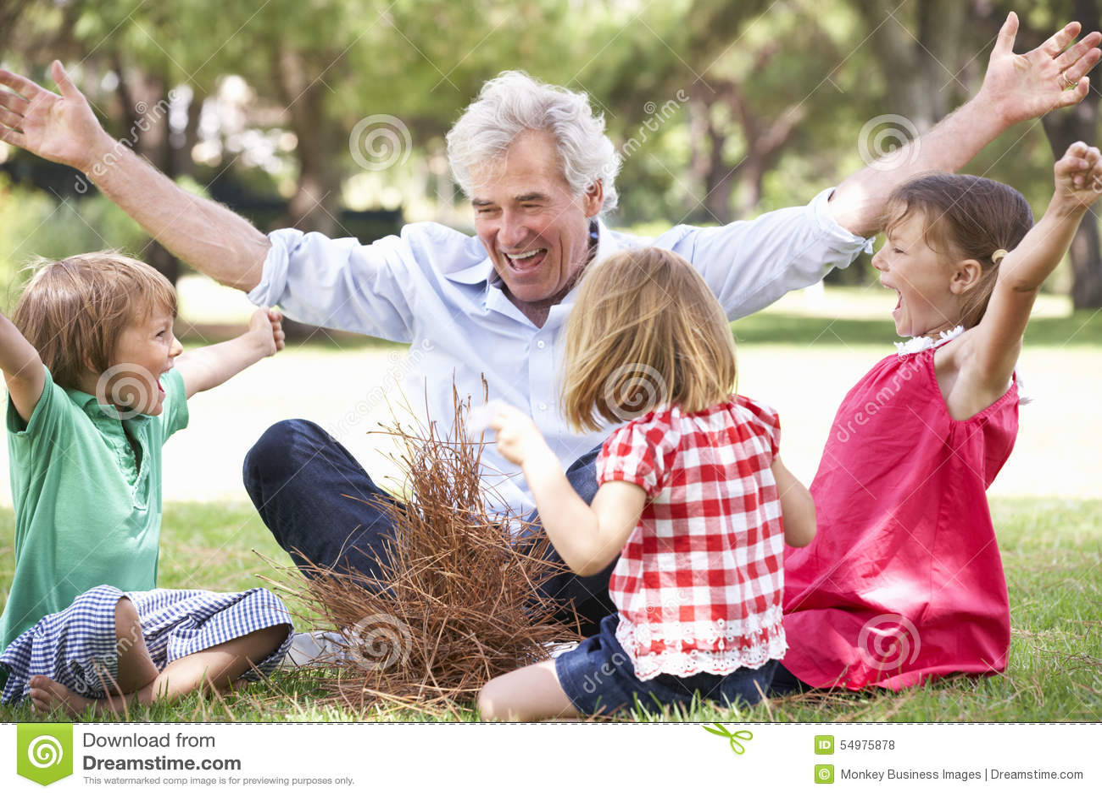 Großvater-unterrichtende Enkelkinder, zum des Lager-Feuers zu errichten