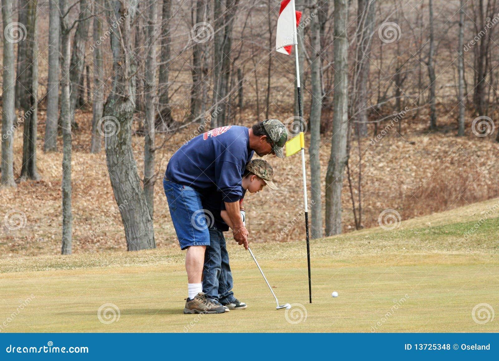 Großvater-unterrichtendes Enkel-Golf