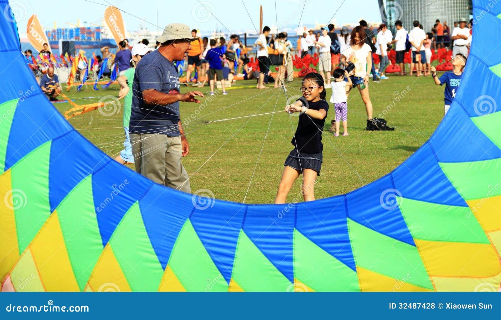 Großvater unterrichtet Enkelinfliegendrachen