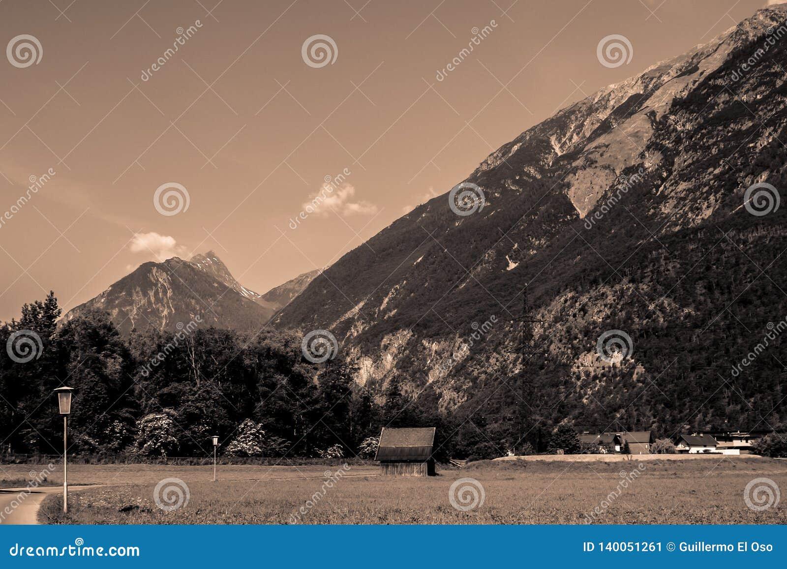 Große Ansicht über den Berg vom Tal
