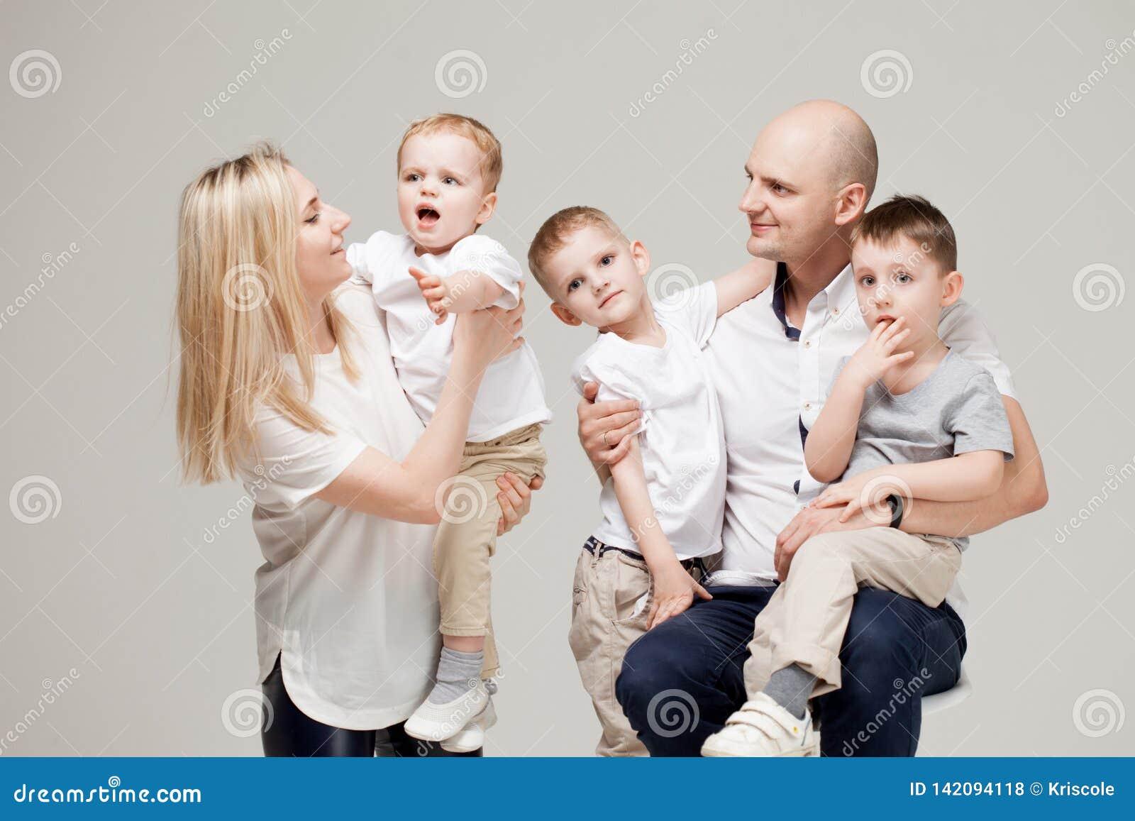 Große und nette Familie, Muttervati und drei Söhne glücklich zusammen
