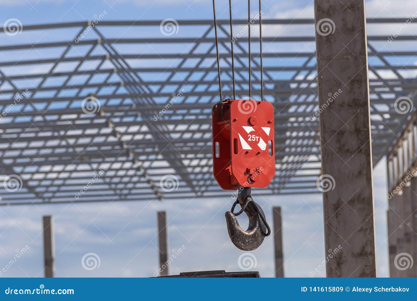 Großer roter Haken eines Baukranes