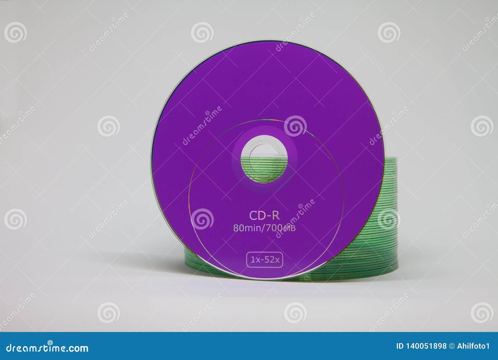 Großer Stapel von CDscheiben auf dem Tisch