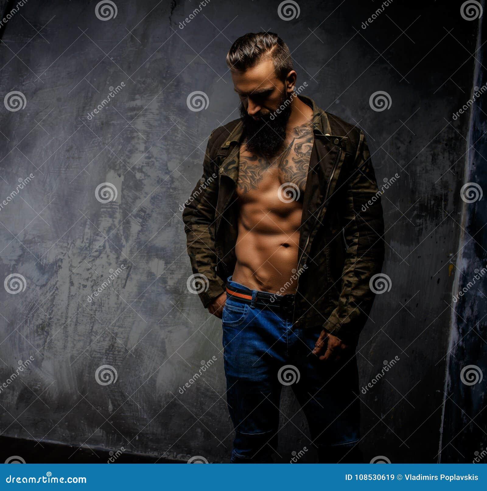 Grober zufälliger Kerl mit Bart