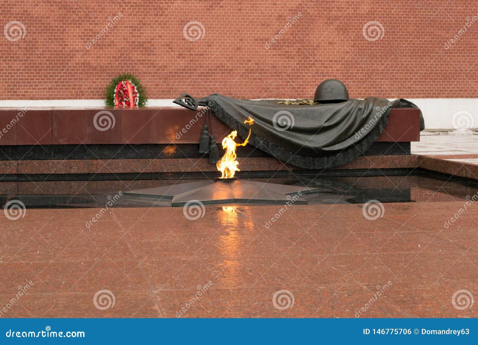 Grobowiec Niewiadomy ?o?nierz przy Kremlin w Moskwa, Rosja Wiecznie p?omie? pali ku pami?ci millions Radzieccy ?o?nierze