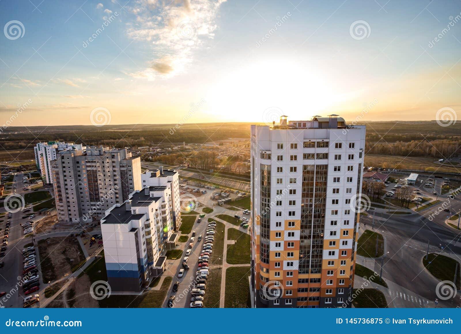 GRODNO, БЕЛАРУСЬ - АПРЕЛЬ 2019: Панорамный вид на квартале нового квартального городского развития района многоэтажного здания жи