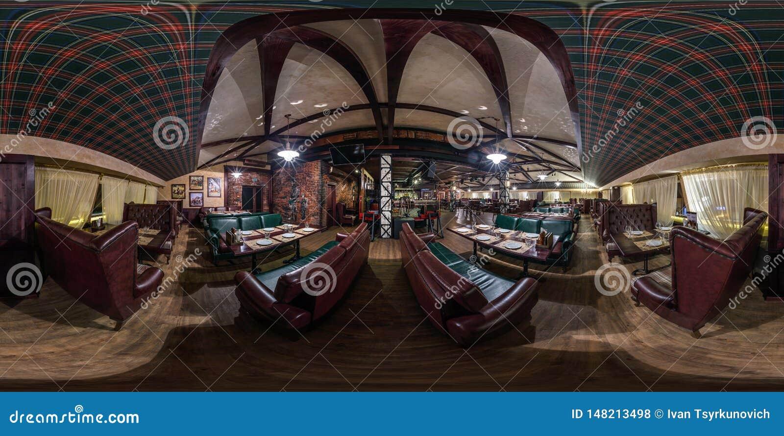 GRODNO, БЕЛАРУСЬ - НОЯБРЬ 2018: Полностью сферически безшовная панорама 360 градусов во внутреннем стильном ресторане Честера вин