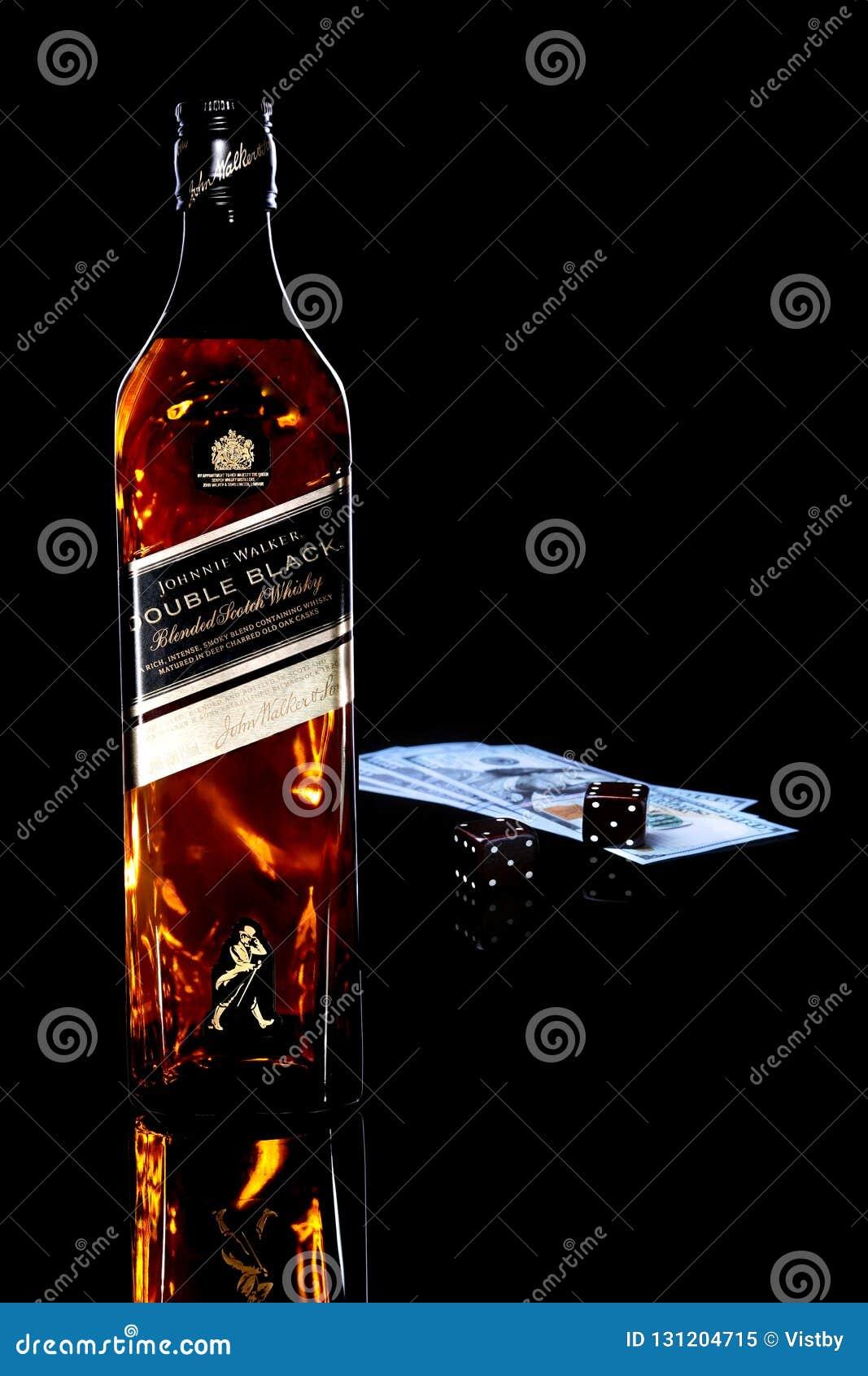 Grodno Vitryssland, Nowember 04, 2018, den Johnnie Walker Double Black etiketten som blandas för att kväva whisky som är trä tärn