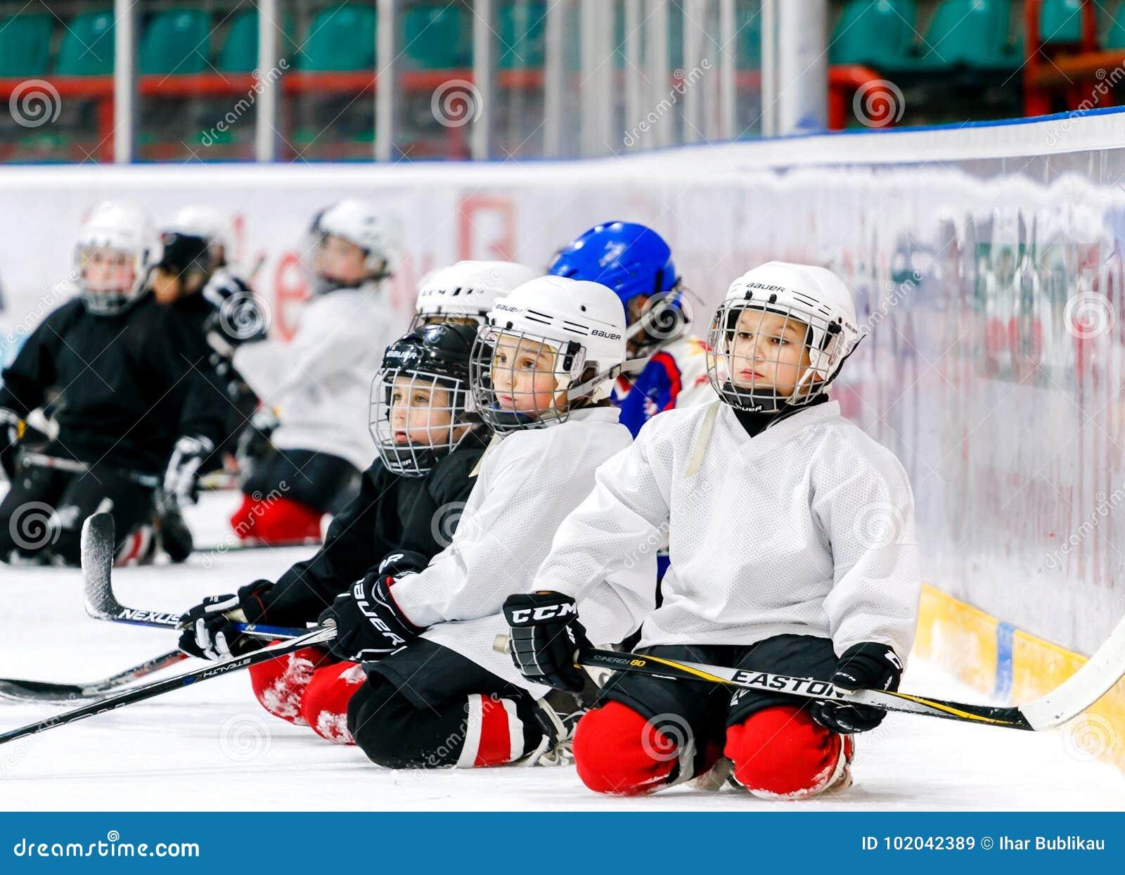 Grodno, Weißrussland - 17. Oktober 2017: Eishockeypraxis mit Spieler und Trainer während eines Bohrgeräts