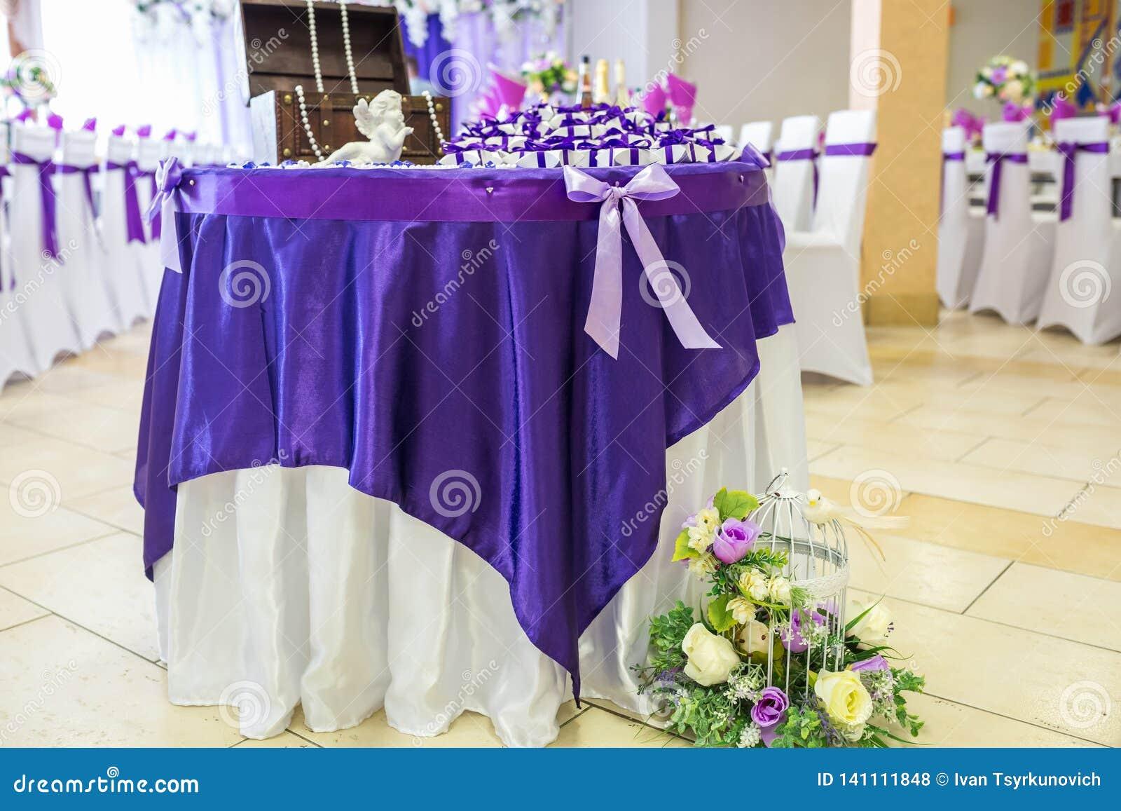 GRODNO, WIT-RUSLAND - MEI 2014: Mooie bloemen op elegante dinerlijst in huwelijksdag Decoratie die op de feestelijke lijst binnen