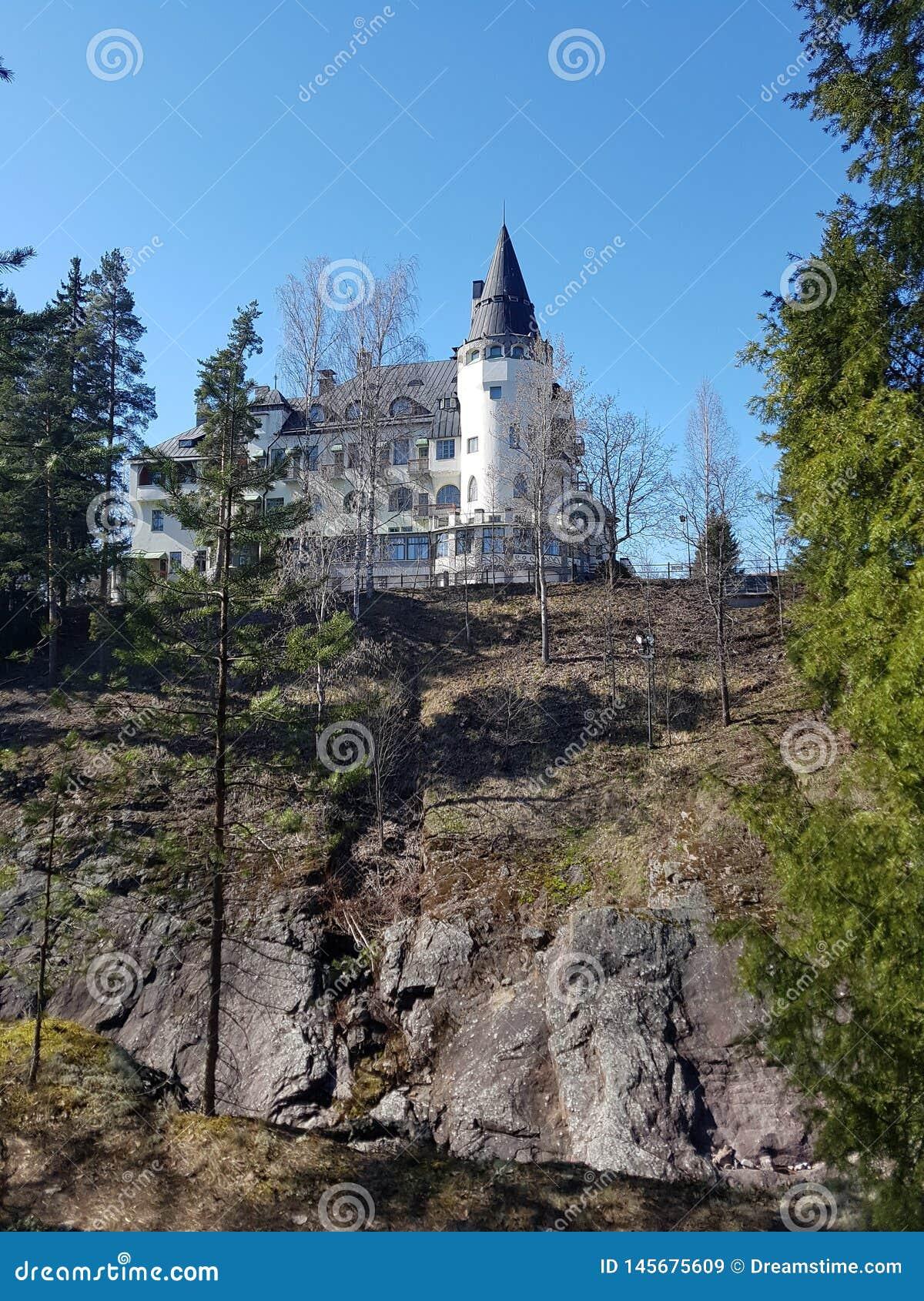 Grodowy hotel na skale w lesie
