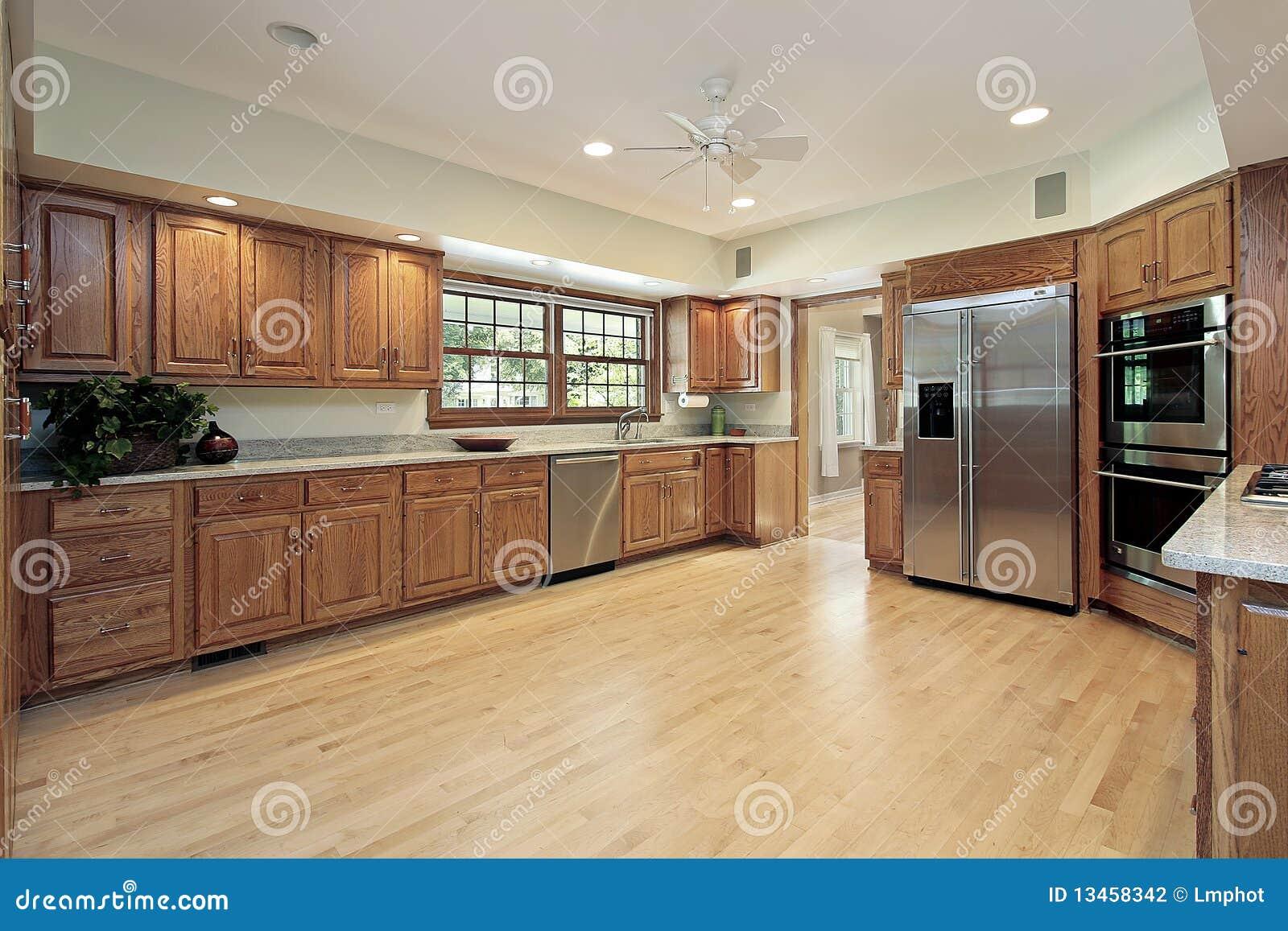 gro e k che mit h lzernem cabinetry. Black Bedroom Furniture Sets. Home Design Ideas