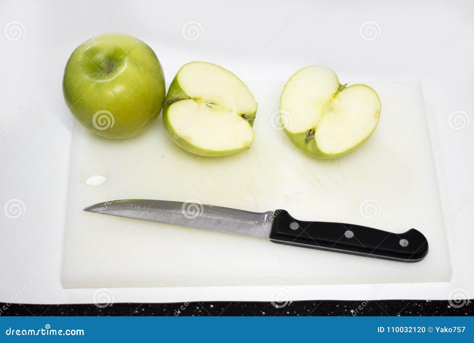 Groen die appelfruit met mes wordt gesneden