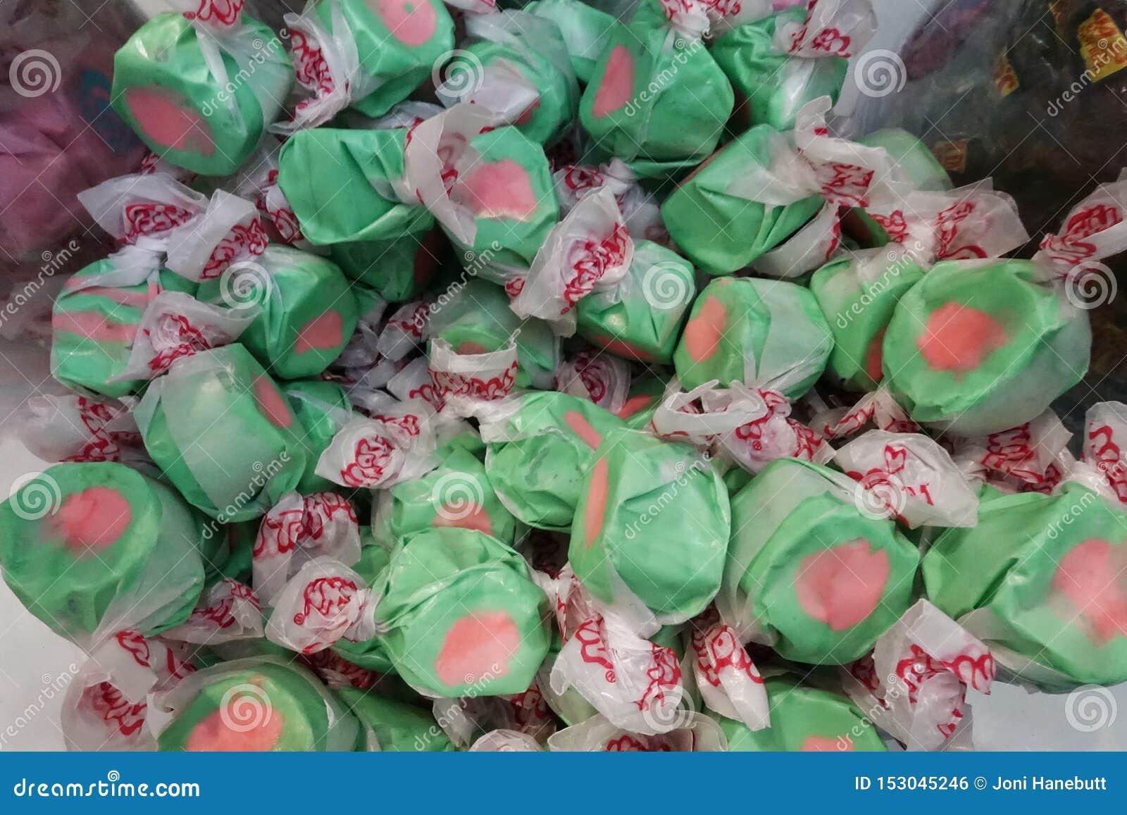 Groen en Roze suikergoed in een container
