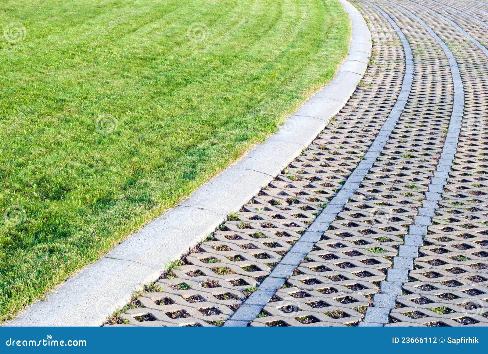 groen gazon met kiezelstenen en tegels stock foto afbeelding 23666112
