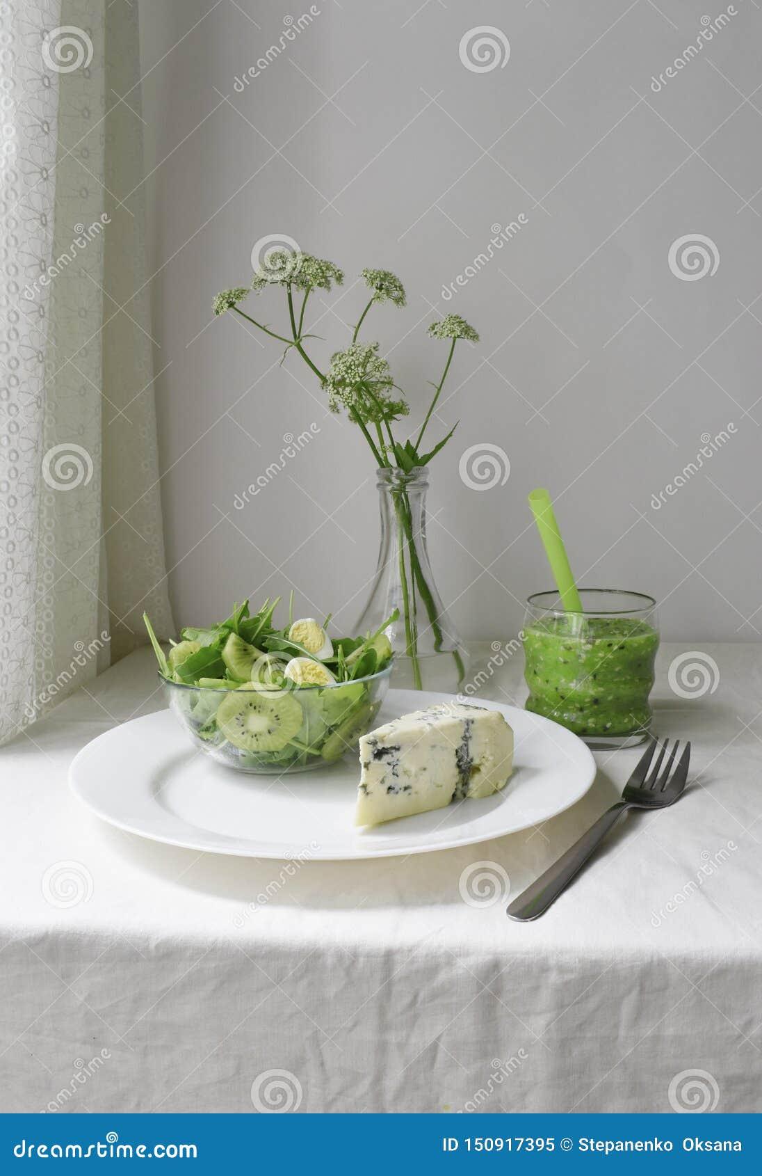 Groen vers ontbijt Gezond ruw dieet Detox smoothie heldere kleur Schimmelkaas en salade Witte textielplattelander nog