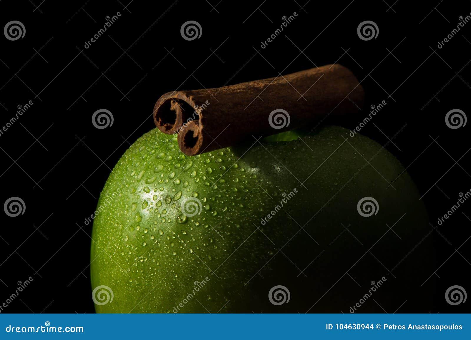 Download Groene appel en kaneel stock foto. Afbeelding bestaande uit appel - 104630944