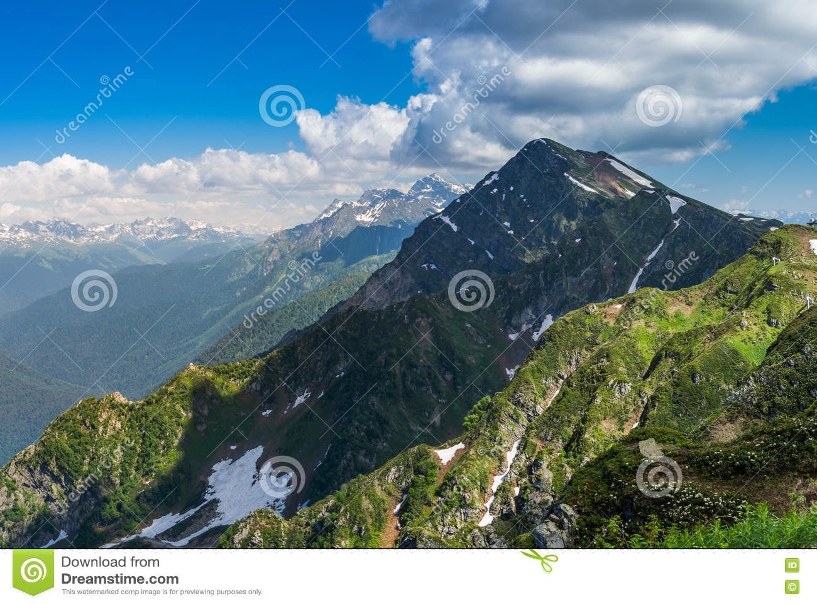 Groene bergen met sneeuw