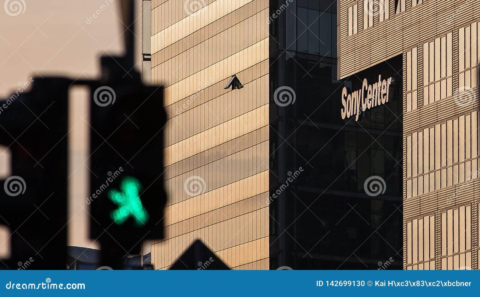 Groene de voetgangerslichten van Berlin Potsdam Square met Sony Center