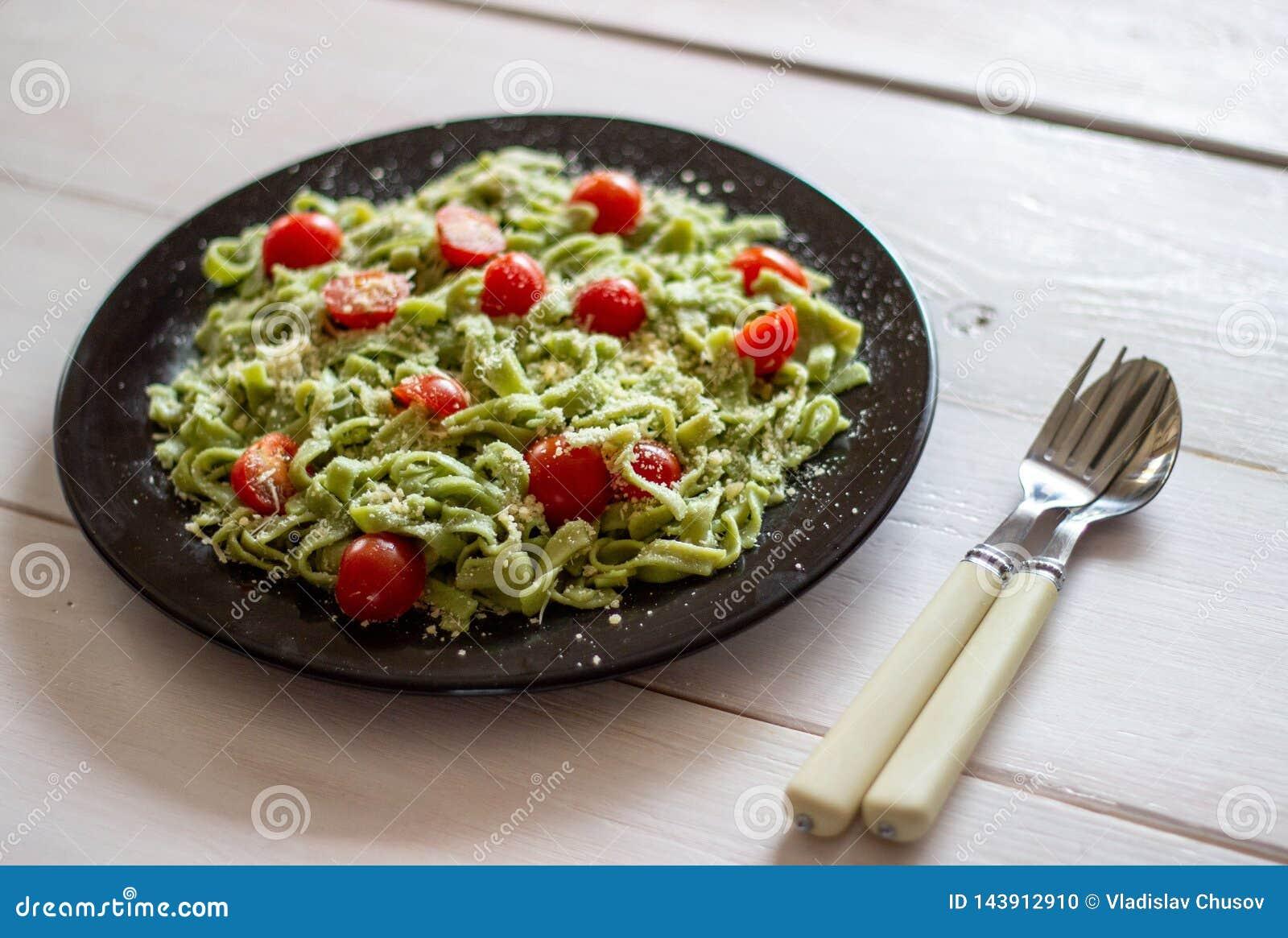 Groene deegwaren met tomaten en parmezaanse kaaskaas