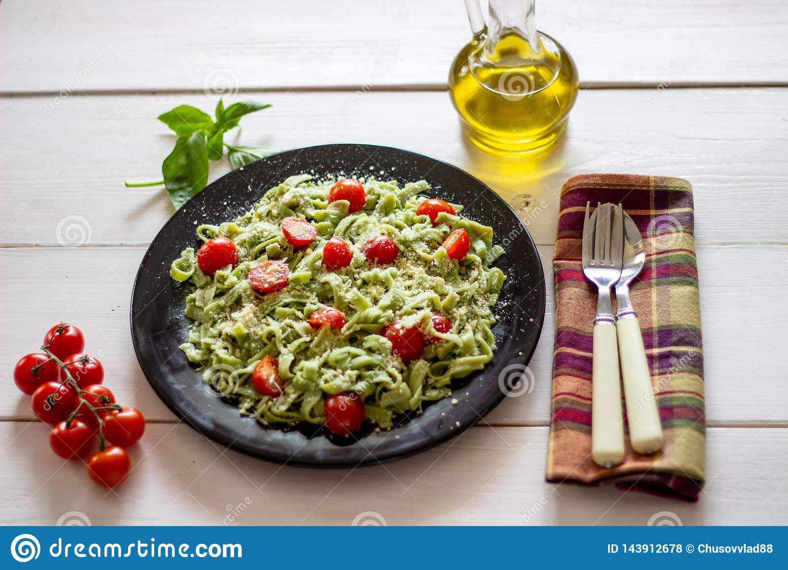 Groene deegwaren met tomaten en parmezaanse kaaskaas Witte achtergrond Hoogste mening