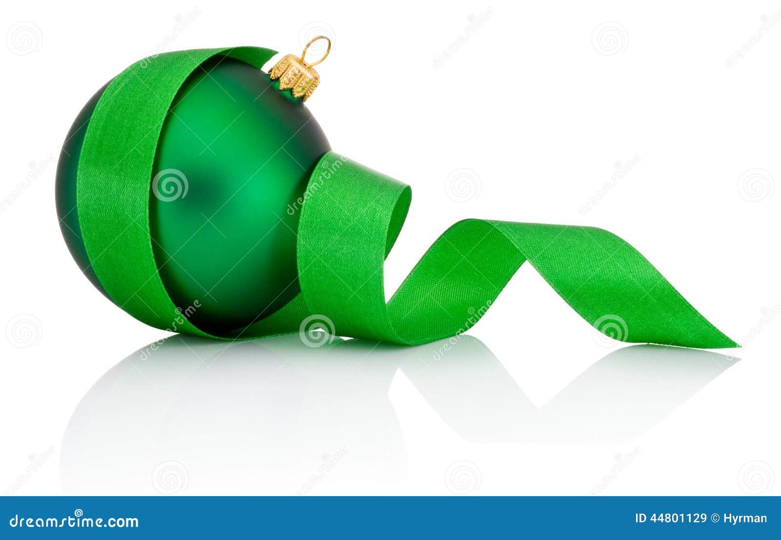 Groene die Kerstmisbal met gekruld Geïsoleerd lint wordt behandeld