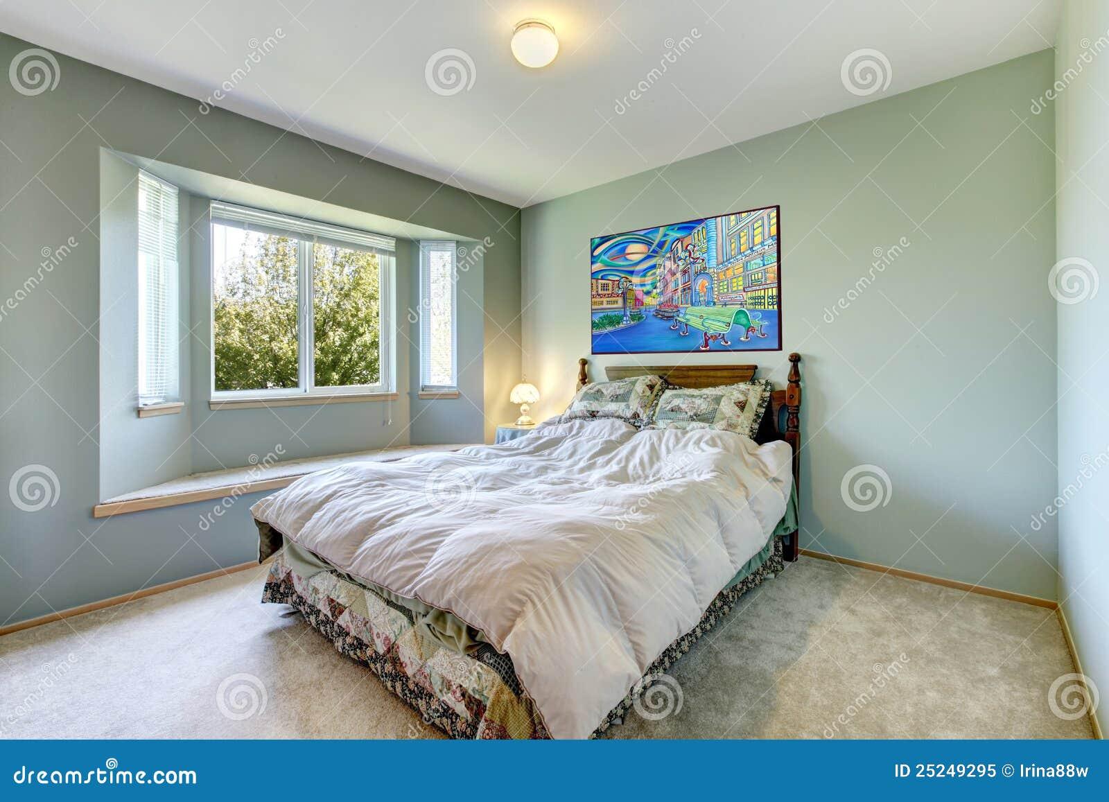 Groene eenvoudige slaapkamer met klein bed. royalty vrije stock ...