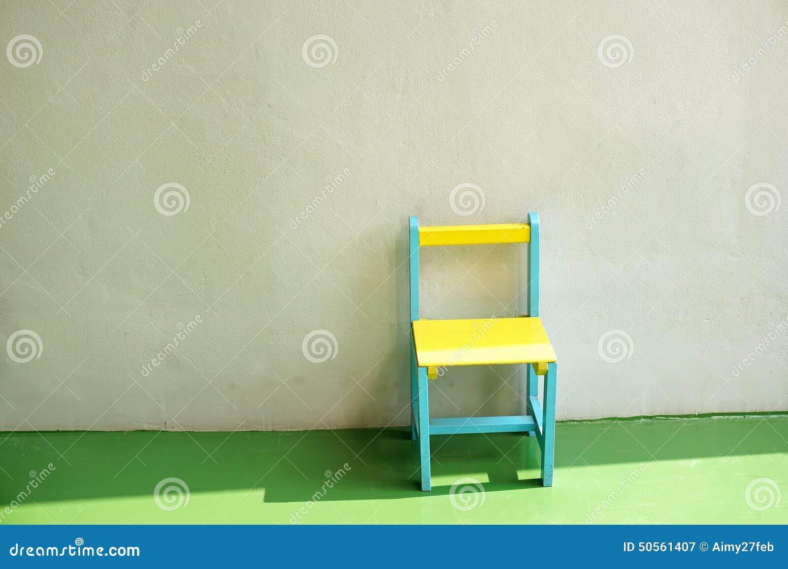 Stoel Voor Kind : Groene en gele kleine stoel voor kind stock afbeelding