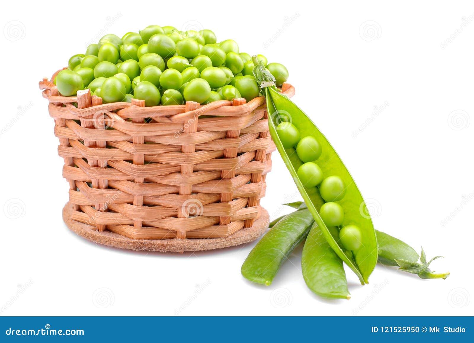Groene erwten in een rieten mand op een witte achtergrond Geïsoleerde