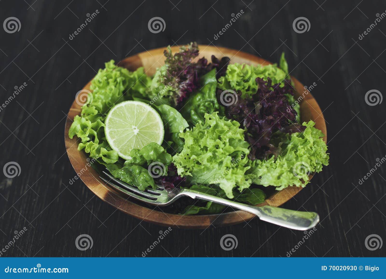 Groene gezonde slasalade met kalk