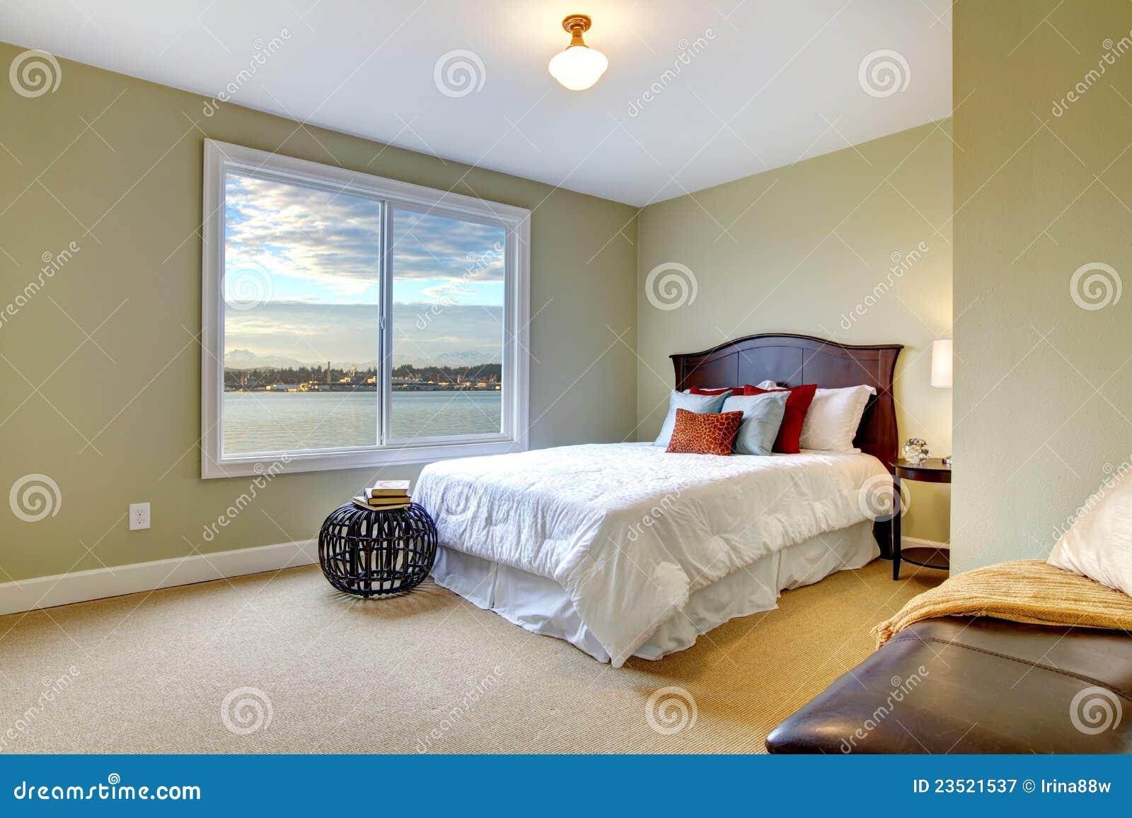 Slaapkamer Groen Wit : Groene grote slaapkamer met witte bed en watermening. stock