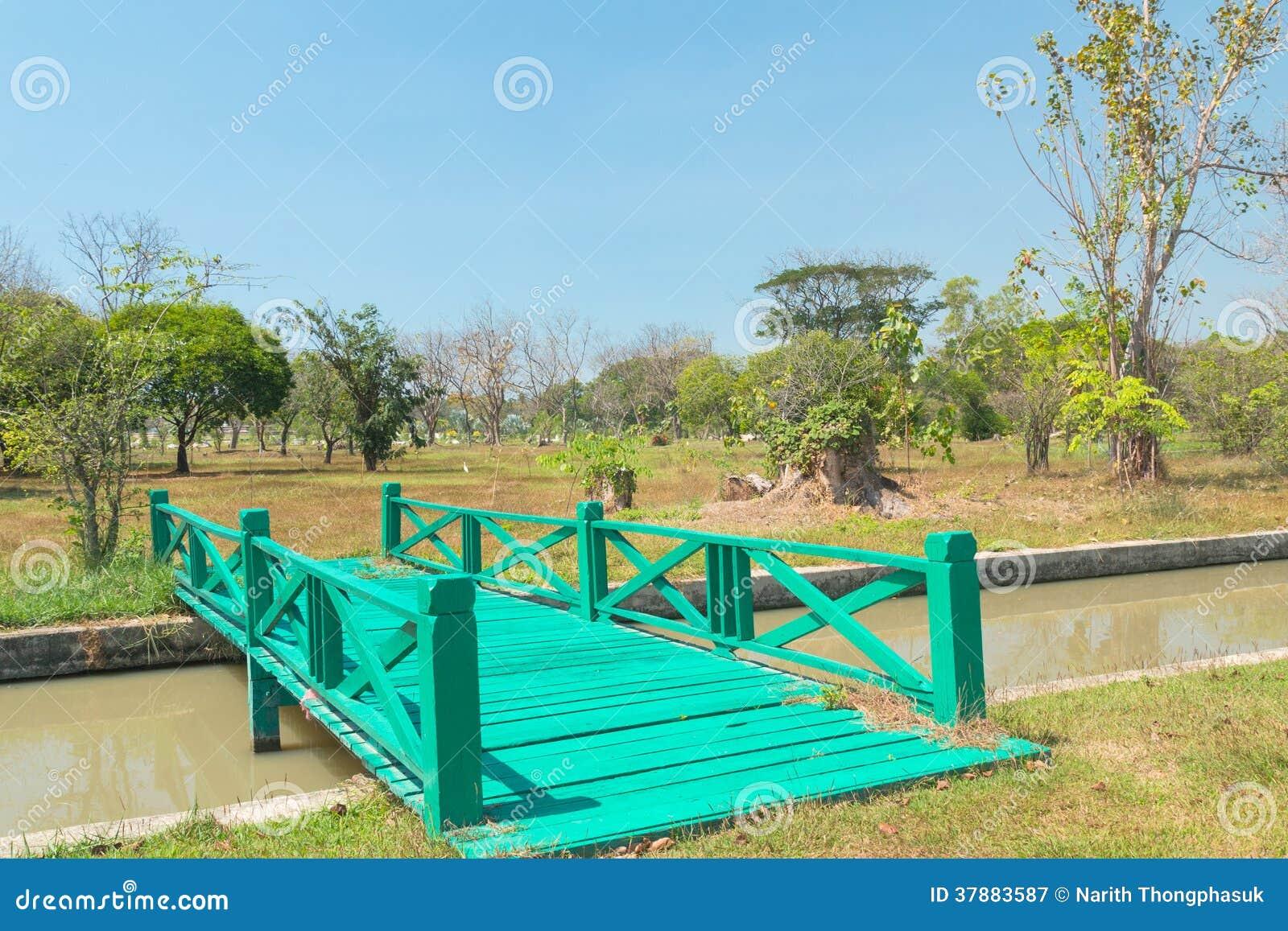 Groene houten brug