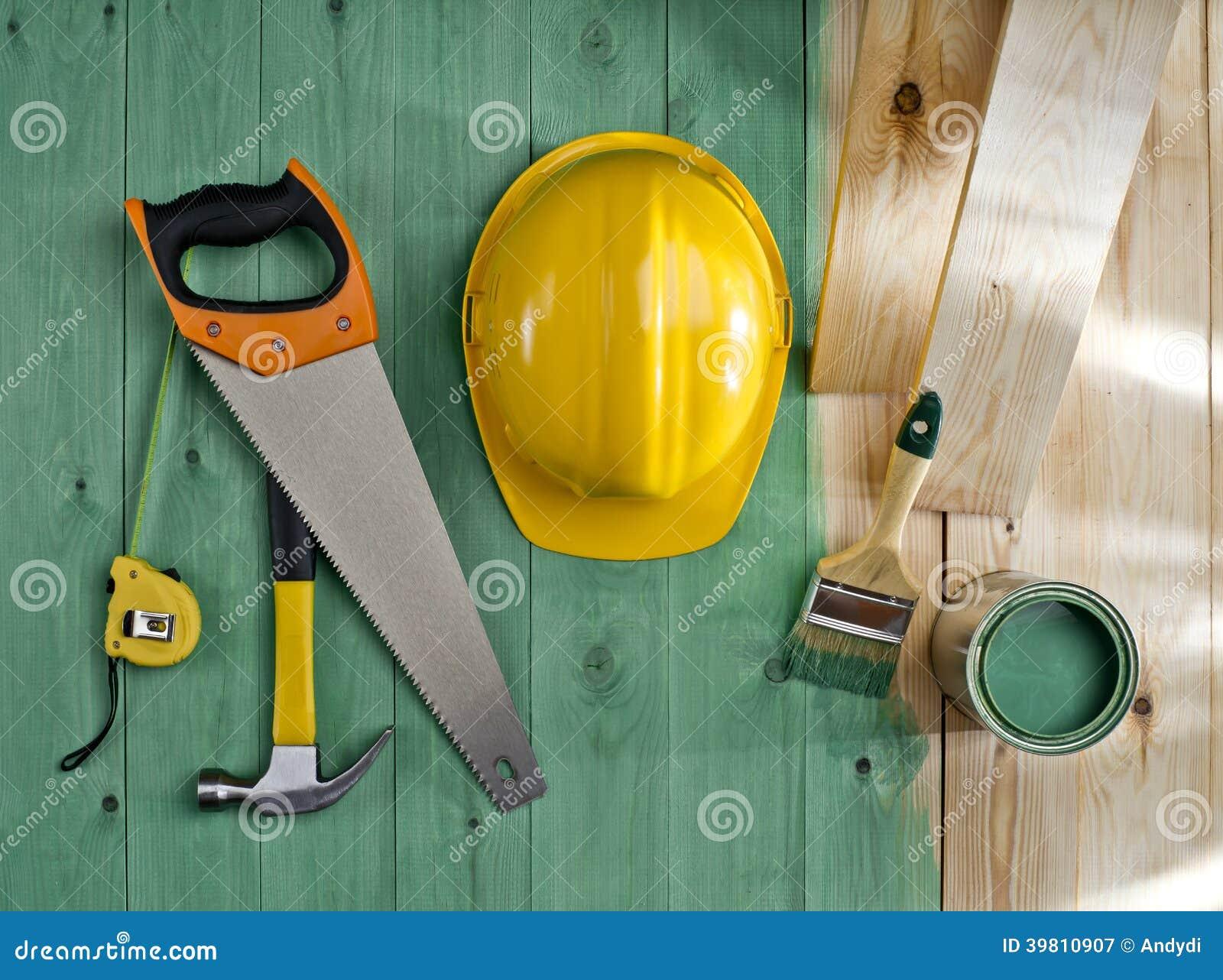 Groene houten vloer met een borstel een verf een zaag een hamer en een helm stock foto - Verf een ingang en een gang ...