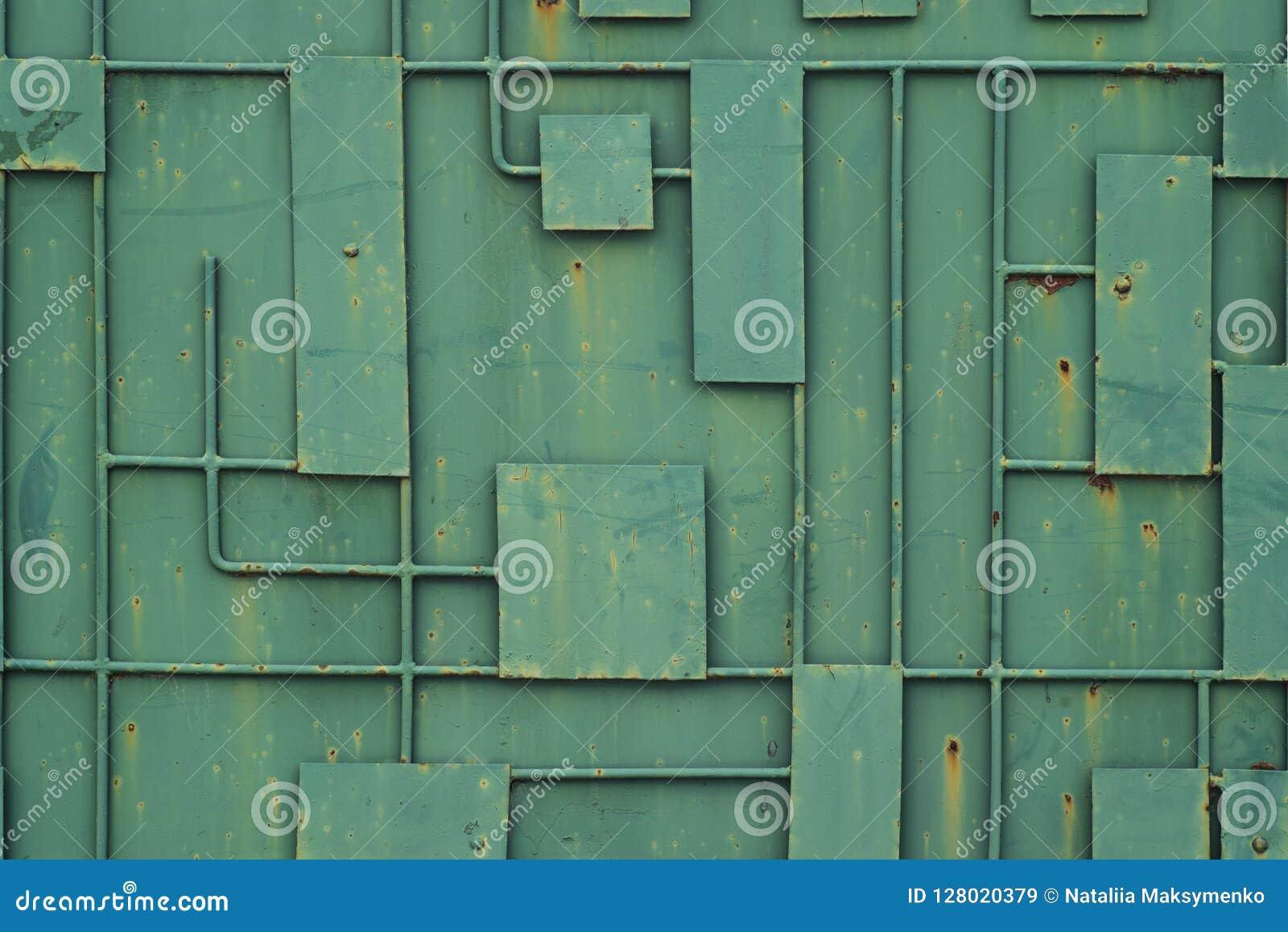 Groene ijzeromheining met een patroon van geometrische lijnen van metaal