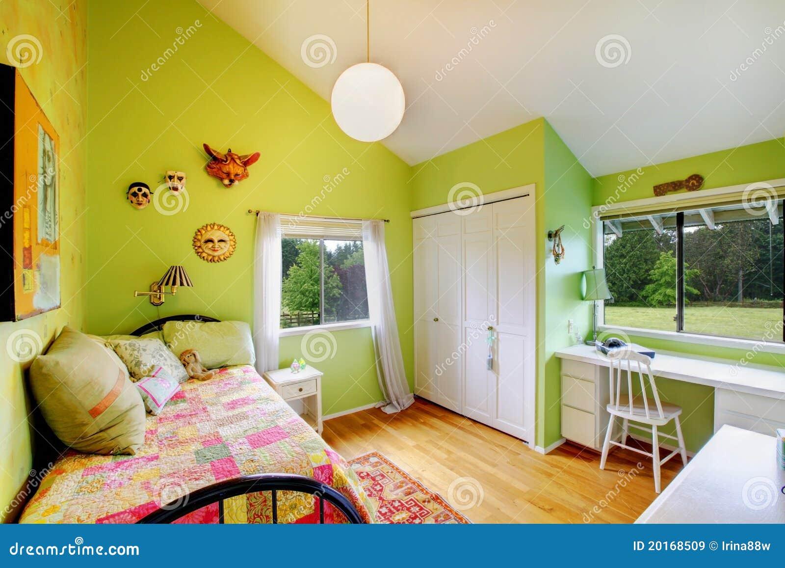Groene jonge geitjes, meisjesbedroom.with wit meubilair.