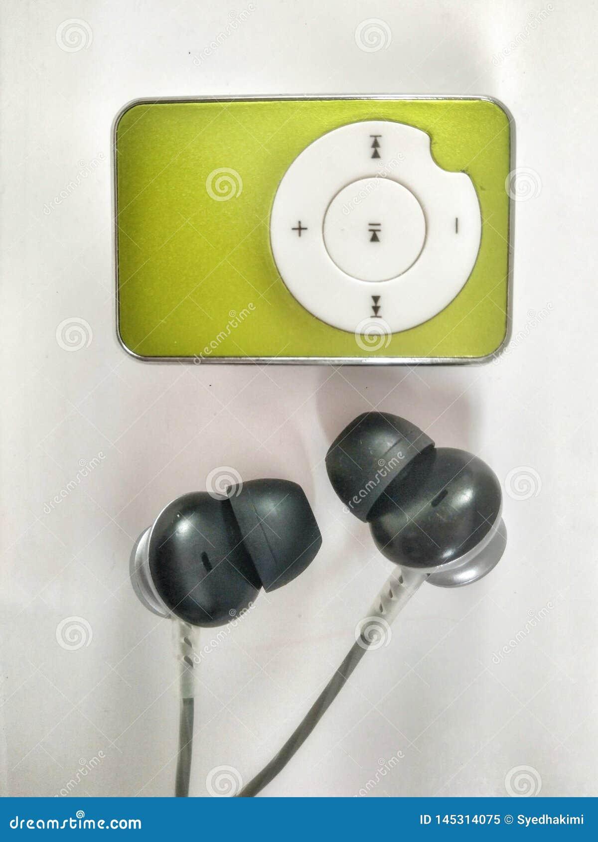 Groene kleurenmp3 speler met zwarte en grijze hoofdtelefoons