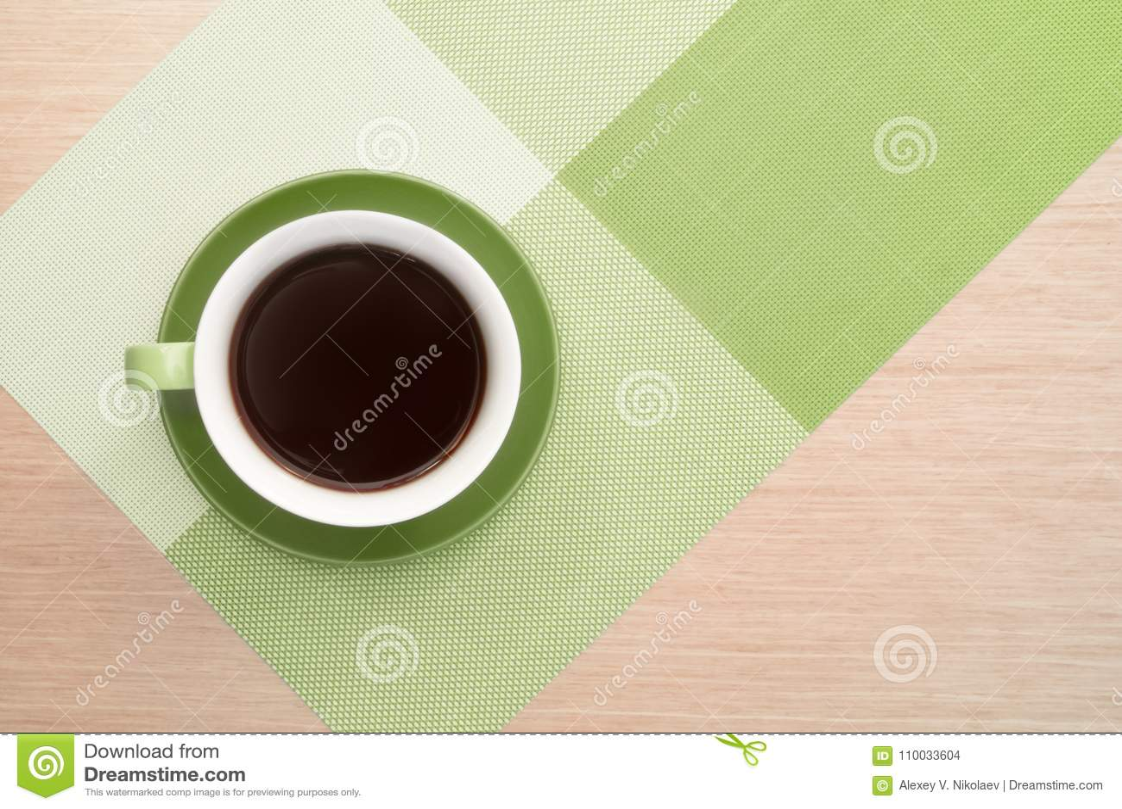 Groene kop van koffie op de het lijstachtergrond en tafelkleed